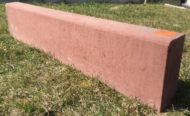 Красный бордюр с толщиной 80мм.